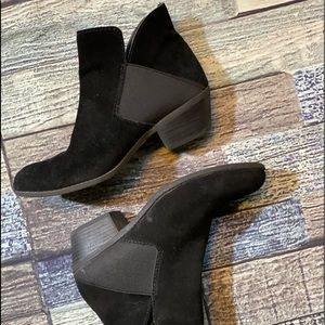 Women's slip on Suede Leather Black Boots. Size 8.
